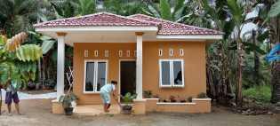Senang Rumahnya Selesai Dibangun, Bu Dede Bantu Anggota Satgas TMMD Bersihkan Rumah