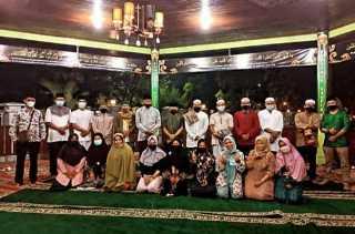 DPKP Inhil Taja Sholat Isya dan Tarawih Berjamaah di Pendopo Kediaman Dinas Bupati