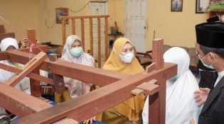 Kunjungan Santri Pondok Modern Al-Imtinan Putri ke Dekranasda Inhil Disambut Hangat Oleh Hj Zulaikhah Wardan
