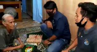 Malam Hari, PWI Inhil Antar Langsung Paket Sembako ke Rumah Warga Kurang Mampu