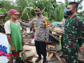 Rumah Ambruk Diterpa Angin, Kapolres Inhil Langsung Beri Bantuan