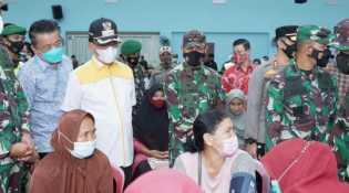 Didampingi Bupati Inhil, Pangdam I/BB Tinjau Vaksinasi Massal