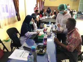 Batalion Vaksin Polda Riau Back Up Vaksinasi Lansia di Kab Kampar
