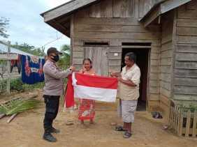 Bendera Merah-Putih Diantar ke Suku Pedalaman
