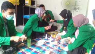kren! Mahasiswa KKN di Aceh Bikin Hand Sanitizer Bersama Bidan Gampong Batuphat Barat