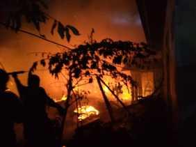 Kobaran Api Membara di Pemukiman Warga Parit 11 saat Berbuka Puasa