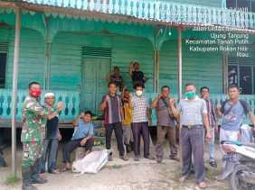 Babinsa Koramil 02/TP Goro bersama Warga di Rumah Suluk