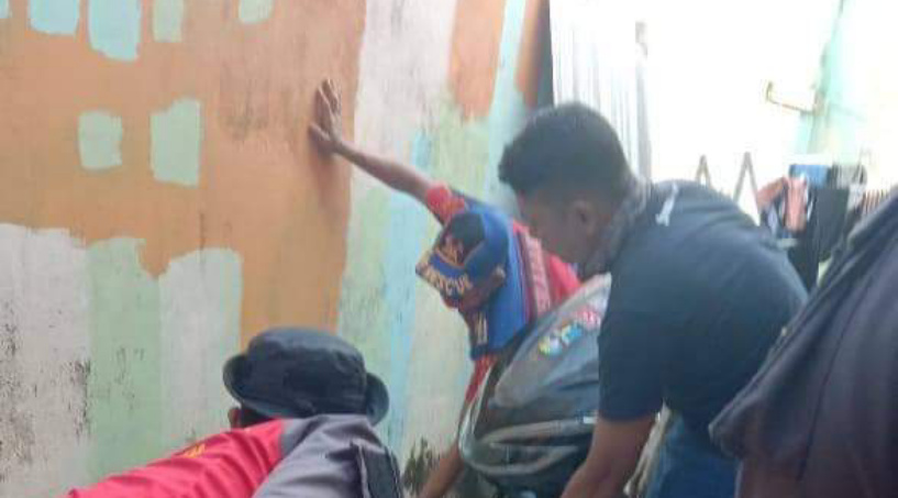 Proses Evakuasi Kobra Membandel di Rumah Warga oleh Petugas DPKP Inhil